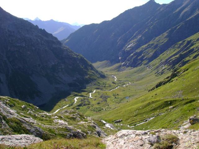 Спуск в долину Кичи-Муруджу