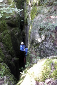 Пещера Дублянского. Максим Фомин ведёт навеску.