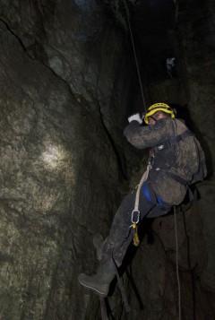 Пещера Студенческая. Дмитрий Бирюков осматривает петроглифы.