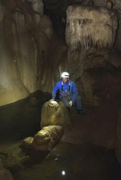 Пещера Новоозёрная. Максим Фомин у подземного озера.