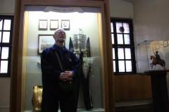 Игорь Борисович слушает экскурсовода в Старом замке
